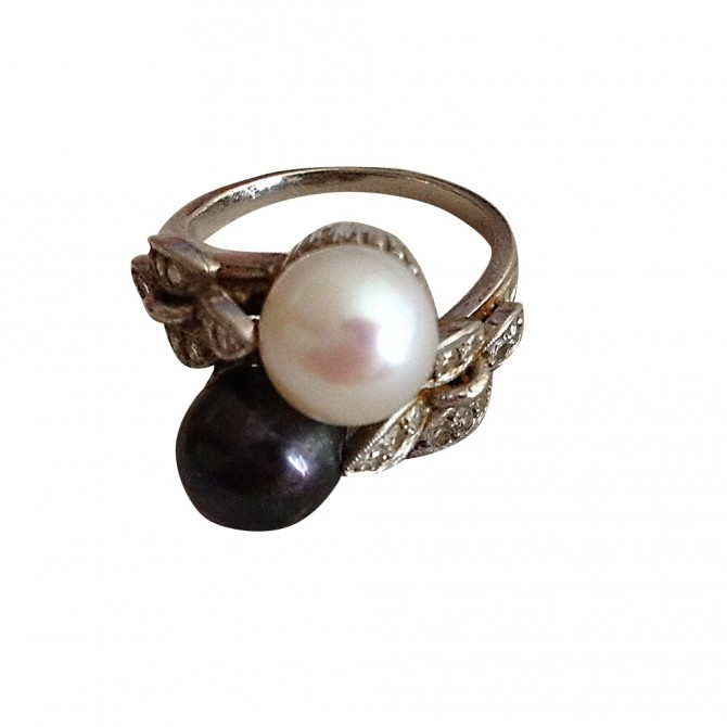 Unsigned vintage white and black perle ring